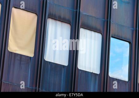 Résumé de l'architecture de la façade d'un immeuble de bureaux à Zurich, Suisse. La réflexion du ciel dans la fenêtre Banque D'Images