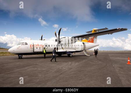 L'est du Bhoutan, Yongphula, Druk Air Aéroport d'avions ATR 42-500 sur la piste à haute altitude de l'aire Banque D'Images
