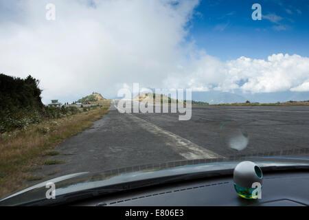L'est du Bhoutan, Yongphula, l'aéroport national, voir à partir de la voiture vers le bas à la borne de la piste Banque D'Images
