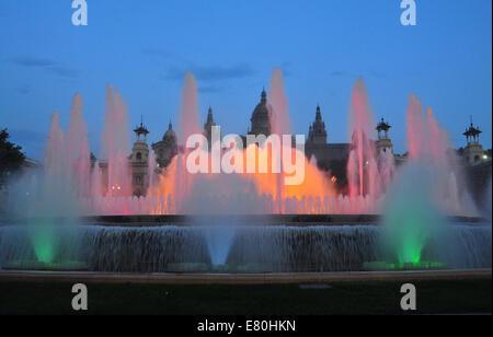 Vue de nuit fontaine magique de demain à Barcelone, Espagne Banque D'Images