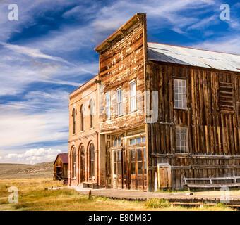 Les bâtiments historiques de la rue principale dans une vieille ville fantôme de la ruée vers l'ouest de Bodie, en Californie