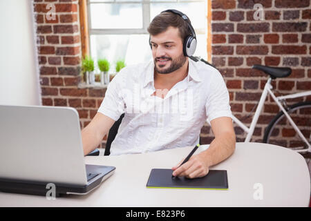 Designer occasionnels à l'aide de tablette graphique et l'ordinateur portable Banque D'Images