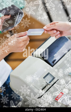 Gros plan d'une jeune femme de payer avec sa carte de crédit Banque D'Images