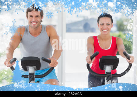 ... couple working out at spinning class Banque D Images Smiling young  couple working out at spinning class  Hiver studio jeune homme femme couple  25 30 ... 91c183409a0