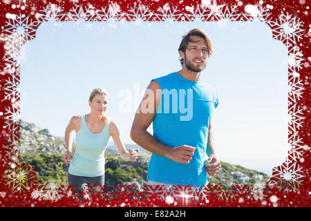 Monter couple jogging dans la campagne Banque D'Images