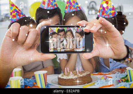 Photo montrant la main holding smartphone Banque D'Images