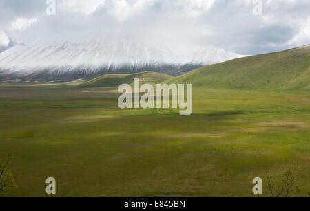 Le Piano Grande- une grande télévision intérieurement-drainage plain - au printemps, parc national des Monts Sibyllins, Banque D'Images