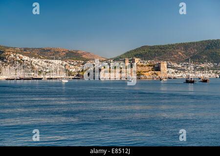 Vue sur le port, le château et la ville de Bodrum, sur la côte égéenne de la Turquie. Banque D'Images
