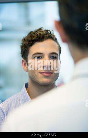 Office worker chatting avec collègue Banque D'Images