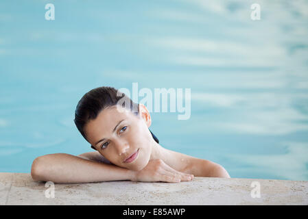 Woman relaxing in swimming pool, portrait Banque D'Images