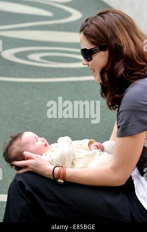 Jeune mère jouer avec son bébé tout-petit à l'extérieur. Photo de concept, les soins aux enfants, l'enfance, la Banque D'Images