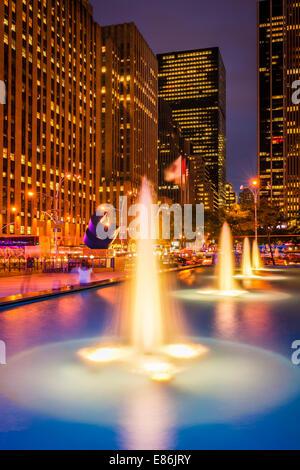 Fontaines illuminées sur l'Avenue des Amériques à Midtown Manhattan, New York City - USA. Banque D'Images