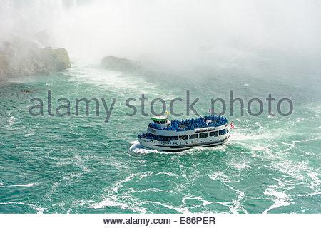 Maid of the Mist boat en tenant les touristes à la chute en fer à cheval sur la rivière Niagara dans l'Ontario, Banque D'Images