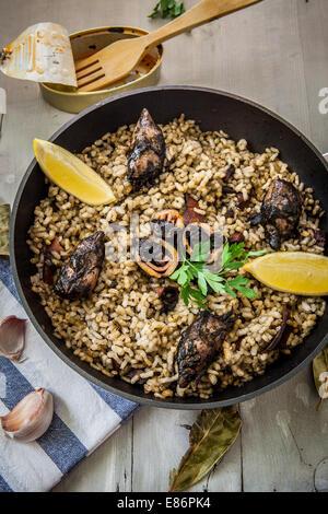 Le riz avec la sauce d'encre de calmar sur pan Banque D'Images