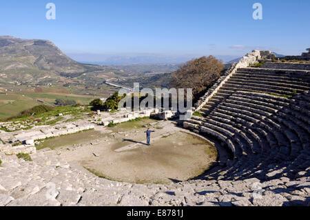 Vue sur le théâtre grec de Segesta, près de Marsala en Sicile Banque D'Images