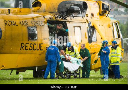 Un RAF sauvetage en mer de l'air et de l'équipage de l'hélicoptère Sea King, le transfert d'un homme d'être prises Banque D'Images