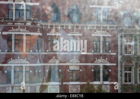 Vue à travers une fenêtre sale, volet marché Lindener, Hanovre, Basse-Saxe, Allemagne, Europe, Blick durch eine Banque D'Images
