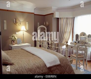 Quilt beige crème sur lit dans chambre avec pays chaise longue en ...
