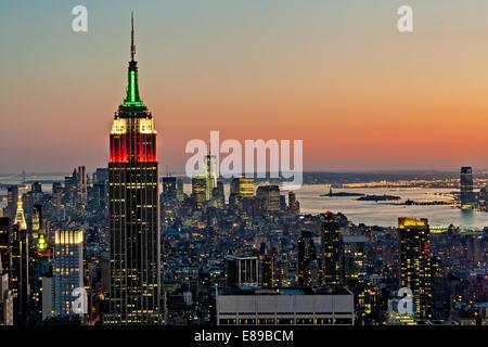 La vue de la skyline de Manhattan illuminée au crépuscule à partir du haut de la roche de la ville de New York. Banque D'Images