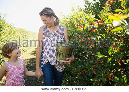 Mère et fille de Corinthe picking in garden Banque D'Images