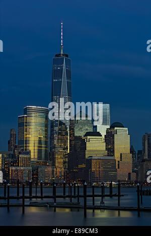 One World Trade Center, également appelé la tour de la liberté le long d'autres gratte-ciel de New York City Skyline