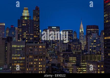 Le Chrysler Building et le Met Life Building ainsi que d'autres New York City skyline gratte-ciel pendant l'heure bleue du crépuscule.