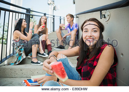 Portrait of smiling teenage girl eating watermelon Banque D'Images