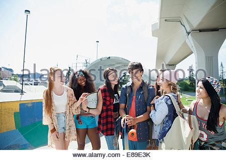 Les adolescents au parc de planche à roulettes Banque D'Images