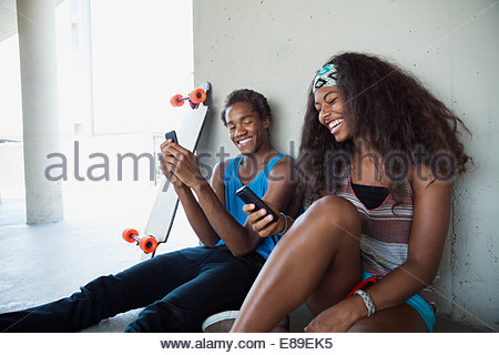 Couple l'utilisation de téléphones cellulaires Banque D'Images