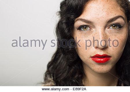 Portrait de femme sérieuse avec rousseur Banque D'Images