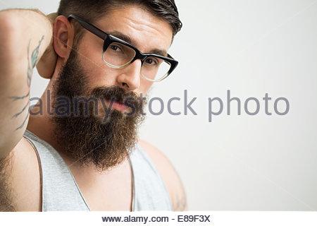 Portrait d'homme avec barbe brune portant des lunettes Banque D'Images