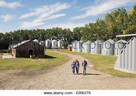 Balades en famille sur la route ensoleillée on farm Banque D'Images