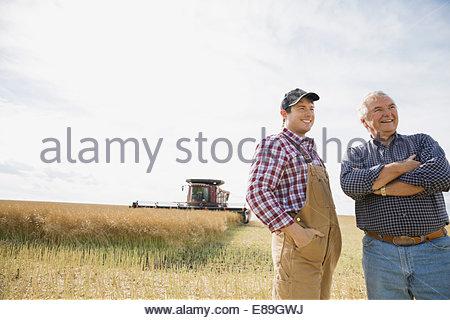 Les agriculteurs de sunny wheat field Banque D'Images