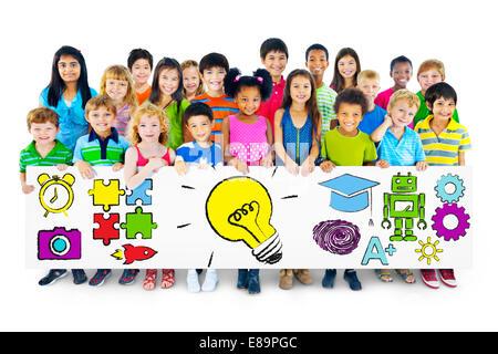 Groupe d'enfants d'éducation Holding Billboard Concept Banque D'Images