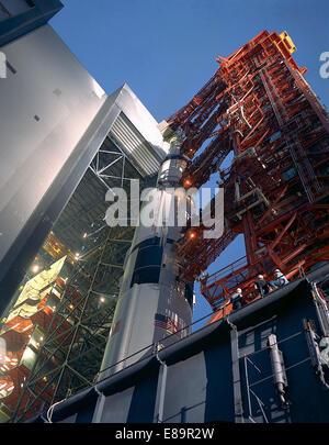 Le transporteur porte les 363 pieds de haut Apollo 12 Saturne V espace véhicule de la VAB's High Bay 3 au début Banque D'Images