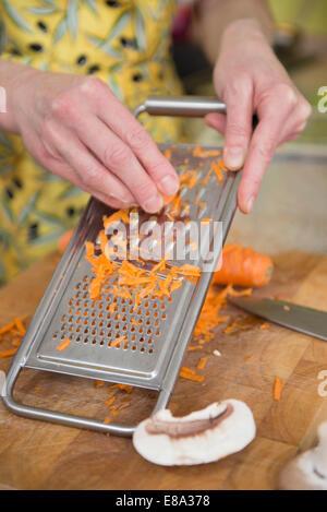 Caillebotis femme carottes en cuisine, Close up