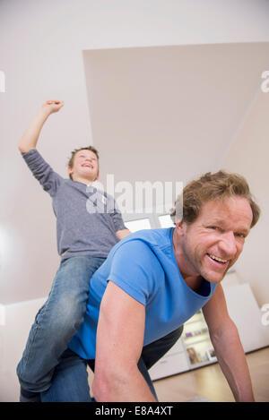 Père et fils ludique à la maison Banque D'Images