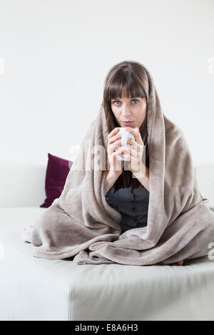 Portrait of mid adult woman in holding et tasse de thé Banque D'Images