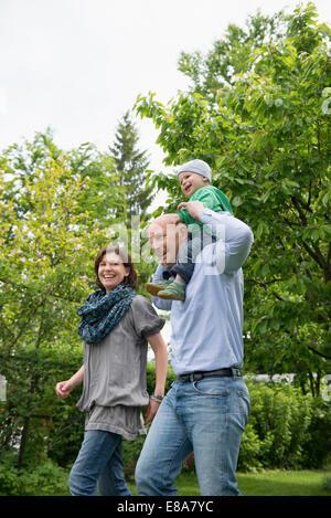 Parents mère père bébé Jardin de ferroutage Banque D'Images