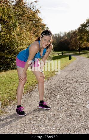 Woman jogging in park, Woerthsee, Bavière, Allemagne
