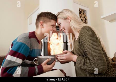 Jeune couple date romantique de cheminée Banque D'Images