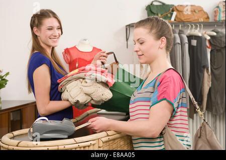 Fille de vente avec le client au distributeur