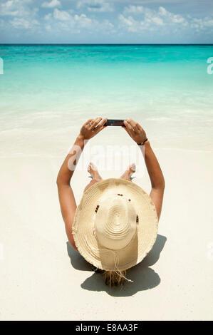 Woman taking autoportrait sur la plage, Koh Lipe, Thaïlande Banque D'Images