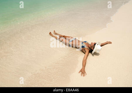 Woman lying on the beach, Koh Lipe, Thaïlande Banque D'Images