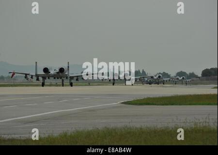Quatre U.S. Air Force A-10 Thunderbolt II aéronefs affectés à la 25e Escadron de chasse taxi sur la piste à Osan Air Base en