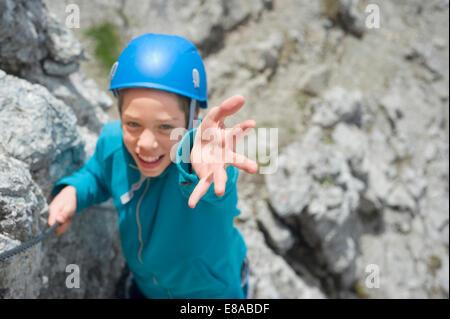 Escalade adolescent alpes parvenir à aider Banque D'Images
