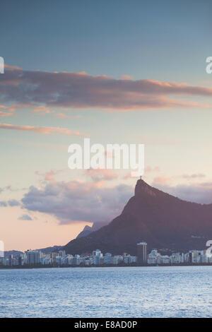 Vue sur le Christ Rédempteur et la montagne du Corcovado, Rio de Janeiro, Brésil Banque D'Images