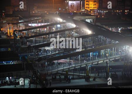 Une vue de la nuit de l'une des plates-formes à la gare principale de Patna, Bihar, Inde Banque D'Images