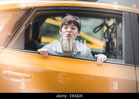 Woman blowing kiss de Yellow Taxi, New York, États-Unis Banque D'Images