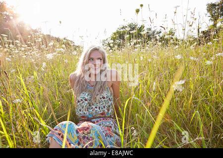Femme dans le champ de fleurs sauvages Banque D'Images